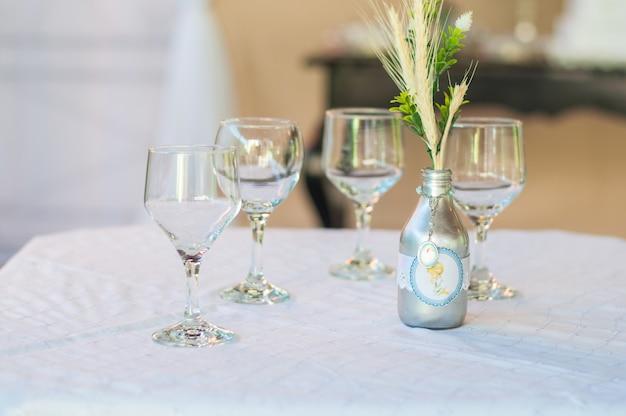 Decoração de mesa com 4 xícaras e uma garrafa