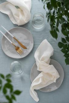 Decoração de mesa com guardanapo de linho branco e toalha de mesa azul claro, imagem de foco seletivo