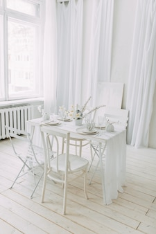 Decoração de mesa de casamento branco. impressão de coral e branco no conceito. interior claro do estúdio fotográfico.