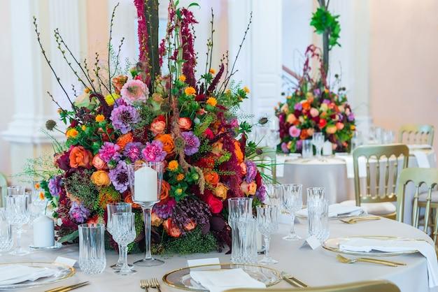 Decoração de mesa de casamento - buquê de flores e utensílios de mesa.