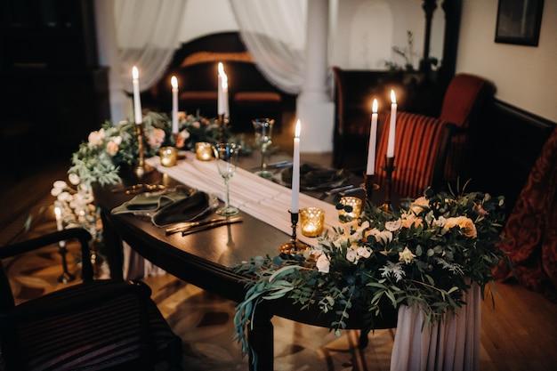 Decoração de mesa de casamento com flores na mesa do castelo, decoração de mesa para jantar à luz de velas. jantar com velas.