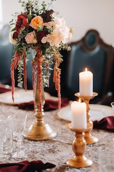 Decoração de mesa de casamento com flores na mesa do castelo, decoração de mesa para jantar à luz de velas.