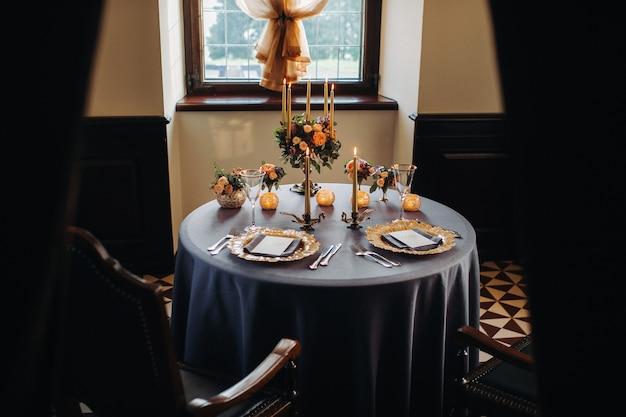 Decoração de mesa de casamento com flores na mesa do castelo