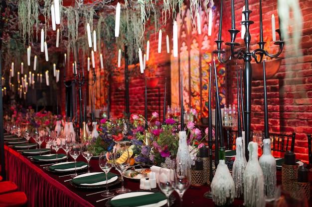 Decoração de mesa de casamento em vermelho e preto