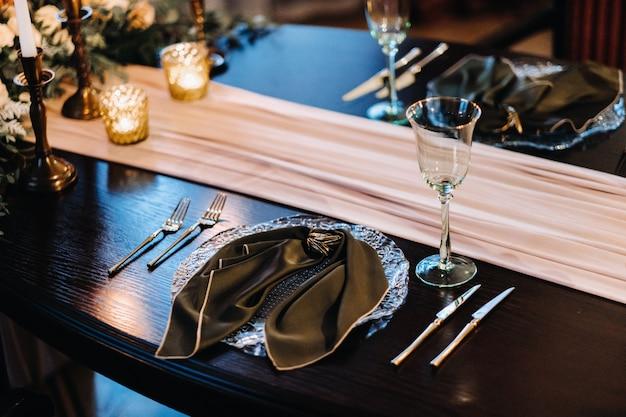 Decoração de mesa de casamento na mesa do castelo, talheres em cima da mesa.