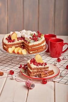 Decoração de mesa de natal, bolo de frutas festivo com doces em cima da mesa