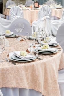 Decoração de mesa e serviço no restaurante