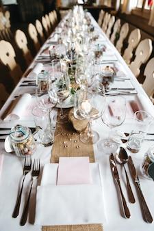 Decoração de mesa elegante em um restaurante para celebrações