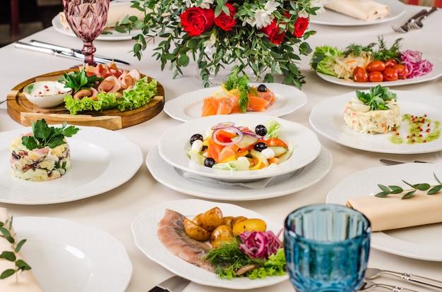 Decoração de mesa interior lindo restaurante para casamento ou evento. decoração de mesa de casamento flor, cores de outono. comida europeia em um restaurante. mesa posta para festa.