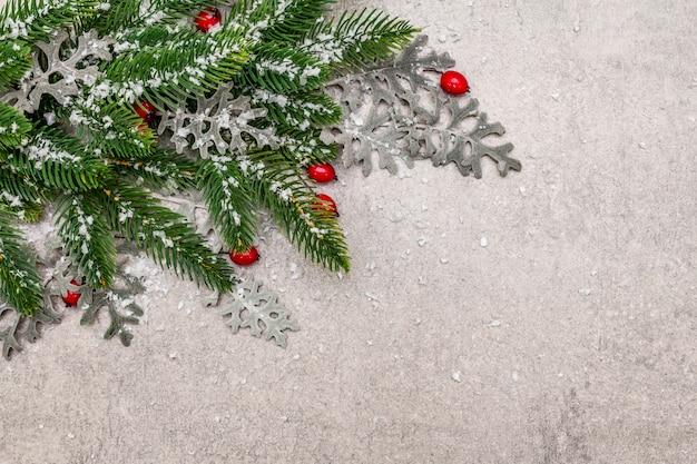 Decoração de natal. ano novo pinheiro, folhas frescas e neve artificial.