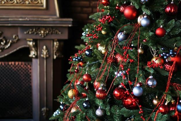 Decoração de natal, árvore de natal com bolas coloridas e lareira marrom