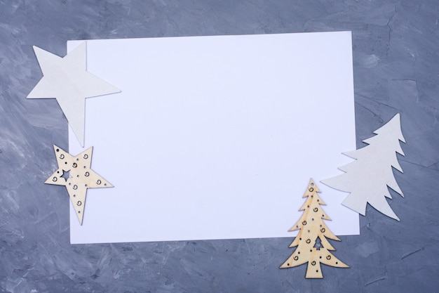 Decoração de natal - árvores de natal e estrelas no fundo de cimento azul