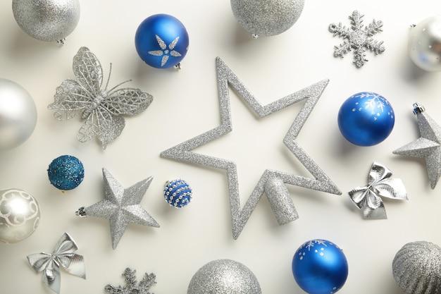 Decoração de natal azul e prata em fundo branco, vista superior, plana leiga. composição de ano novo