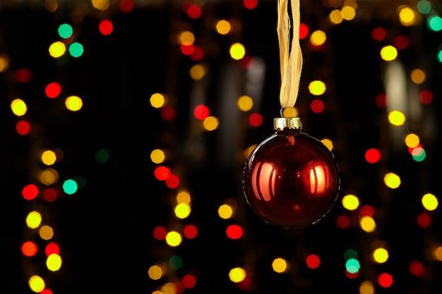 Decoração de natal, bola vermelha, fundo de efeito bokeh.