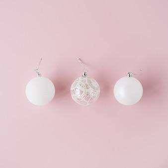 Decoração de natal: bolas de natal de vidro branco em rosa