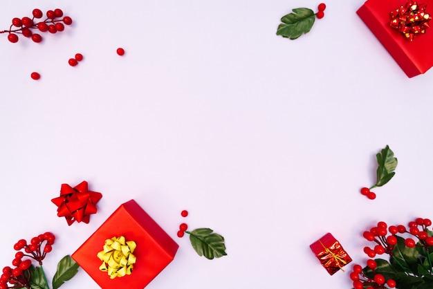Decoração de natal. caixa de presente vermelha em fundo roxo. natal, inverno, ano novo conceito.