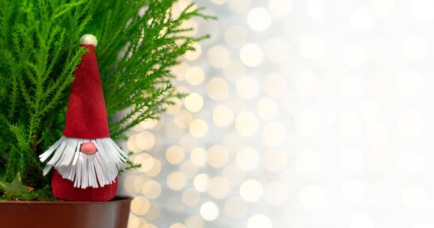 Decoração de natal caseira. brinquedo artesanal papai noel com uma planta em casa