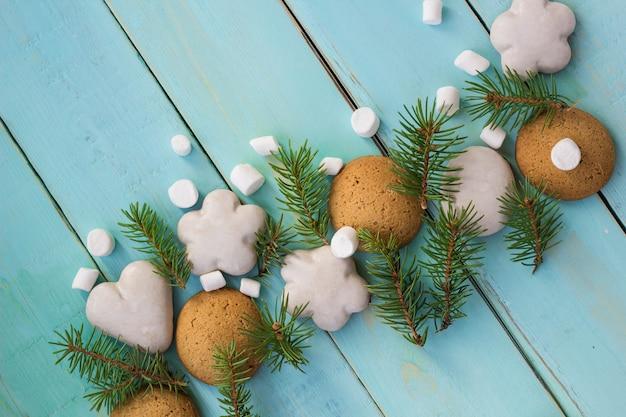 Decoração de natal com abeto, biscoitos de natal e marshmallow