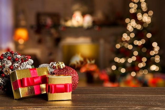 Decoração de natal com árvore de natal na mesa de madeira. ornamentos vermelhos, dourados e prateados