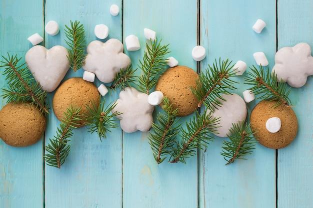 Decoração de natal com árvore do abeto, biscoitos de natal e marshmallow.