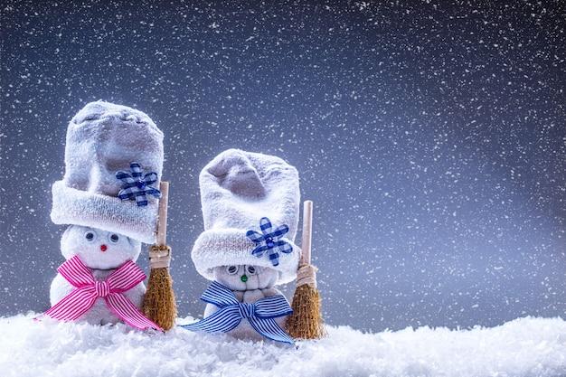 Decoração de natal com bonecos de neve na atmosfera de neve