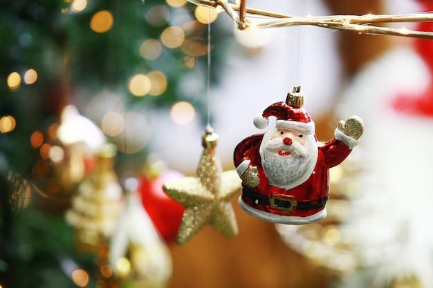 Decoração de natal com brinquedo estatueta de papai noel