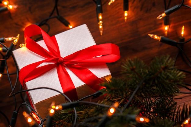 Decoração de natal com caixa de presente e luzes