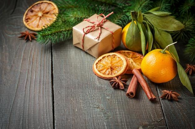 Decoração de natal com caixa de presente e tangerinas
