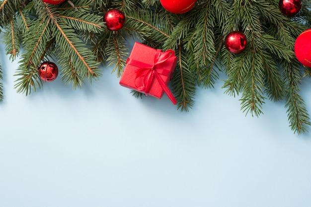 Decoração de natal com caixa de presente vermelha em azul de madeira, copyspace