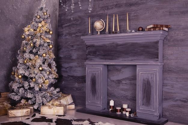 Decoração de natal com caixas de natal, lareira e árvore.