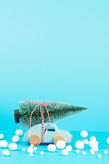 Decoração de natal com carro de madeira, pinheiro, com espaço de cópia. cartão de época
