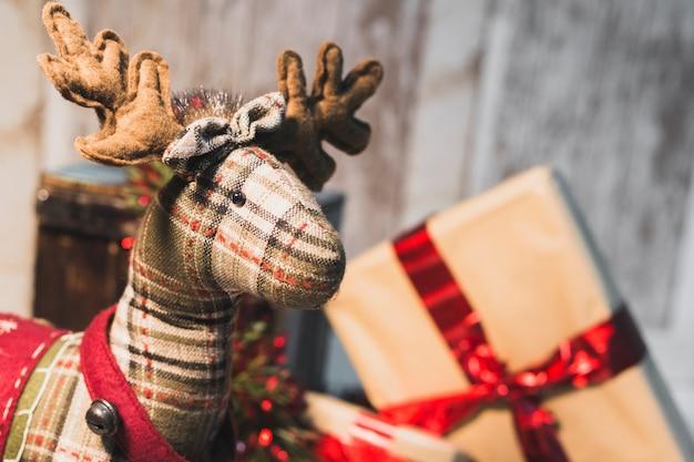Decoração de natal com cenas de renas e presentes