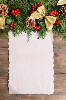 Decoração de natal com folha de papel em fundo de madeira