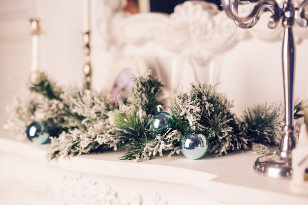 Decoração de natal com galhos de pinheiro e bolas de natal.