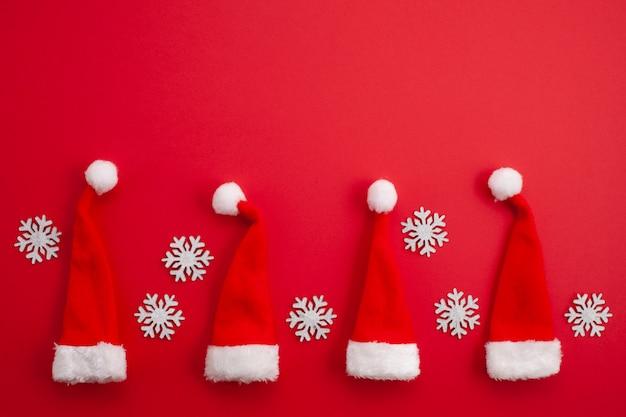 Decoração de natal com gorros vermelhos