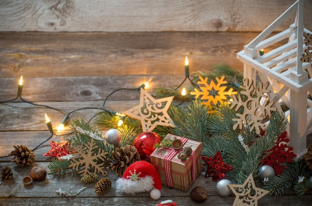 Decoração de natal com lanterna branca em fundo de madeira