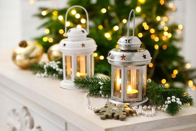 Decoração de natal com lanterna no fundo do pinheiro