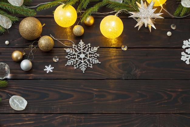 Decoração de natal com luzes em fundo escuro de madeira