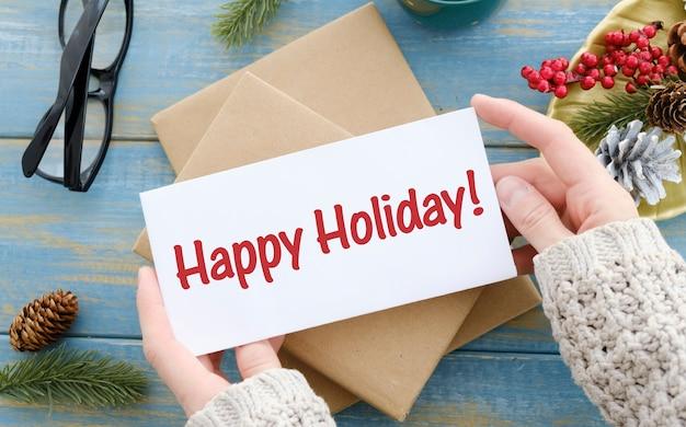 Decoração de natal com o texto happy holidays em fundo de madeira