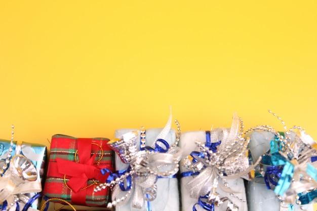 Decoração de natal com pano de fundo amarelo.