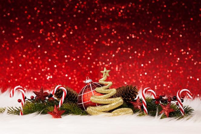 Decoração de Natal com parede vermelha cintilante