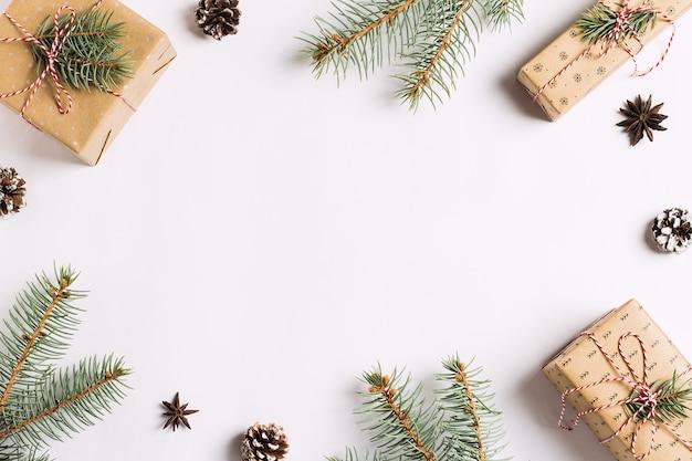 Decoração de natal composição presente caixa pinhas cones spruce ramos