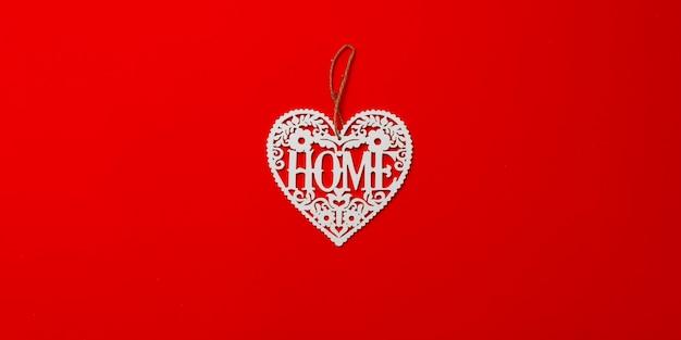 Decoração de natal. coração branco sobre um fundo vermelho.