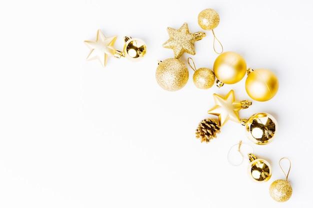 Decoração de natal dourada em branco