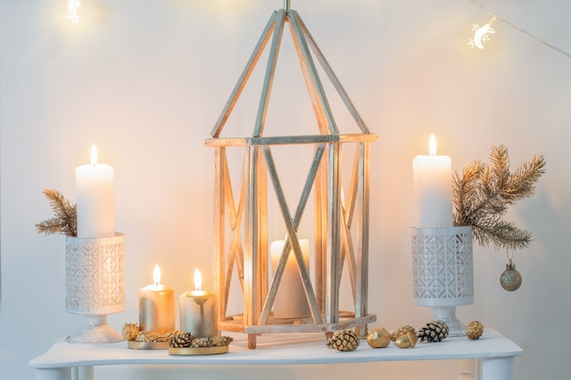 Decoração de natal dourada em interior branco