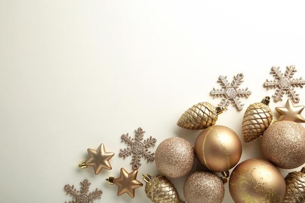 Decoração de natal dourada sobre fundo branco, vista superior, plana leiga. composição de ano novo