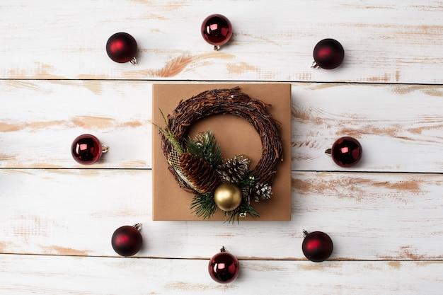 Decoração de natal e caixa de presente sobre a mesa de madeira. acima.