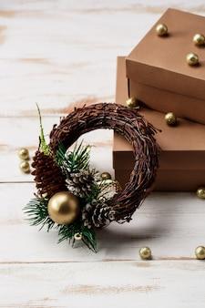 Decoração de natal e caixas de presente sobre a mesa de madeira