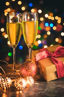 Decoração de natal e champanhe.
