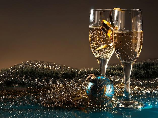 Decoração de natal e dois copos de vinho